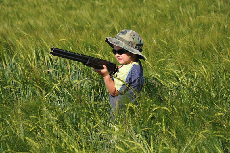 Jongen met een de jachtgeweer in de Rogge royalty-vrije stock foto