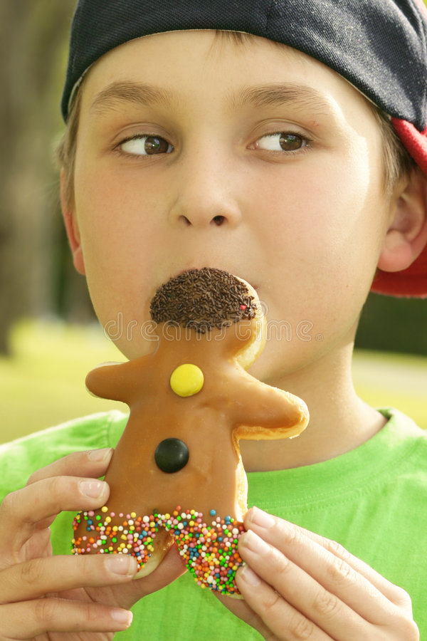 Jongen met een doughnutmens stock foto's