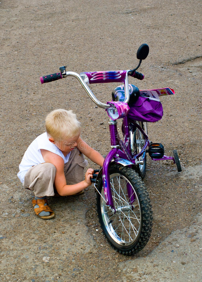 Jongen met een fiets royalty-vrije stock fotografie