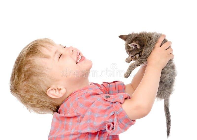 Jongen met een katje Geïsoleerdj op witte achtergrond royalty-vrije stock afbeeldingen