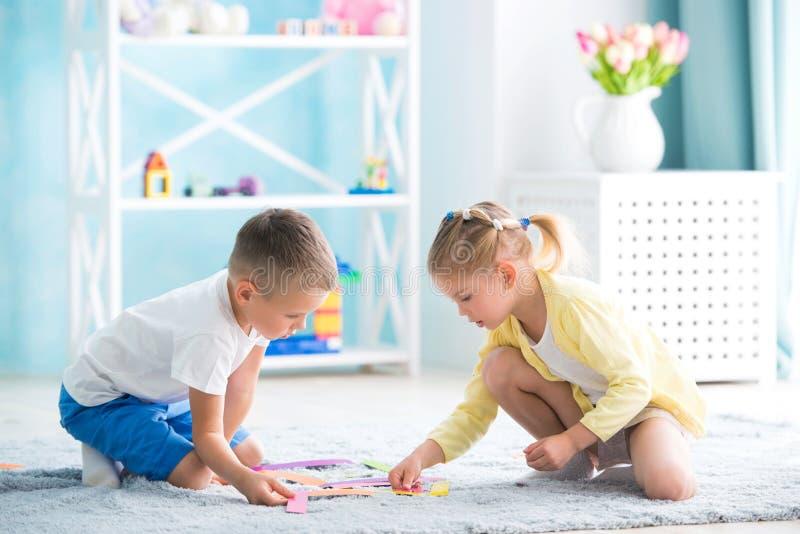 Jongen met een meisje die thuis spelen royalty-vrije stock afbeelding