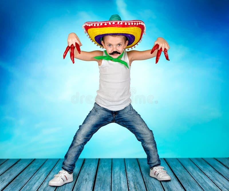 Jongen met een valse snor en in de Mexicaanse sombrero stock foto's