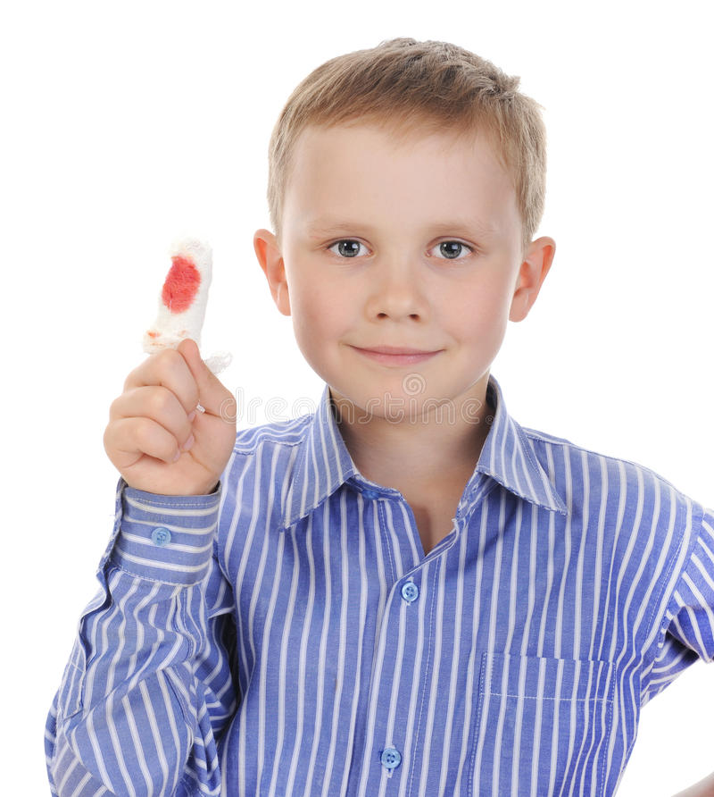 Jongen met een verbonden vinger. stock foto
