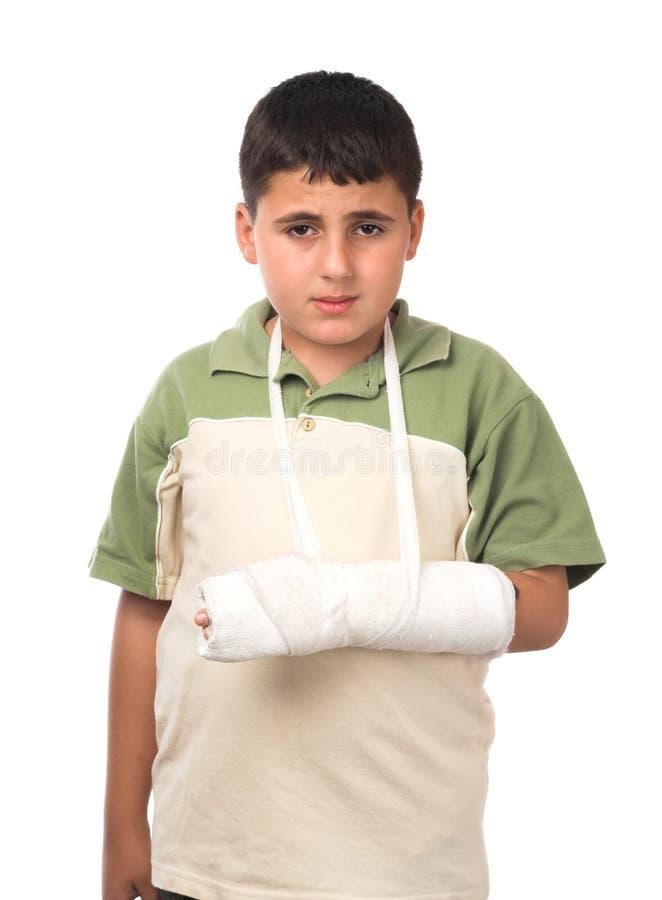 Jongen met gebroken wapen royalty-vrije stock afbeeldingen