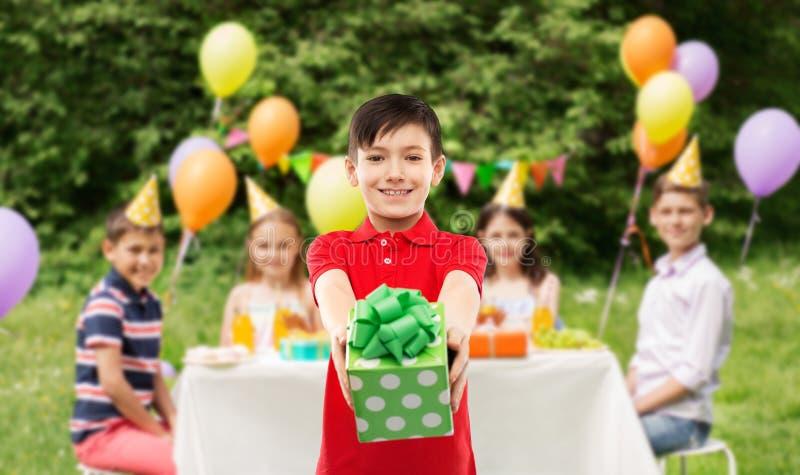 Jongen met giftdoos bij verjaardagspartij in de zomerpark royalty-vrije stock afbeeldingen