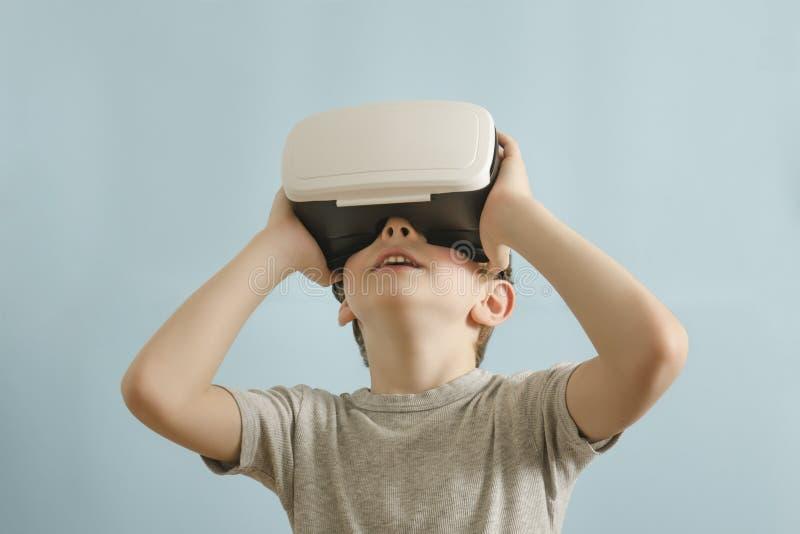 Jongen met glazen van virtuele werkelijkheid Achtergrond voor een uitnodigingskaart of een gelukwens stock afbeelding