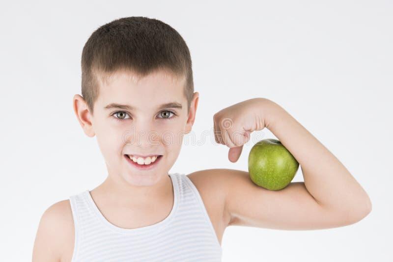 Jongen met groene appel stock foto