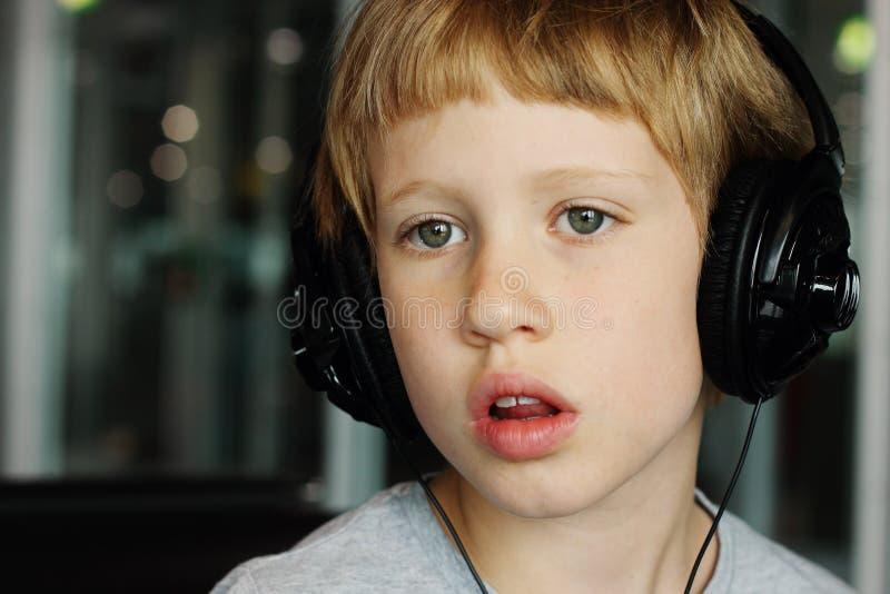 Jongen met hoofdtelefoons stock foto's