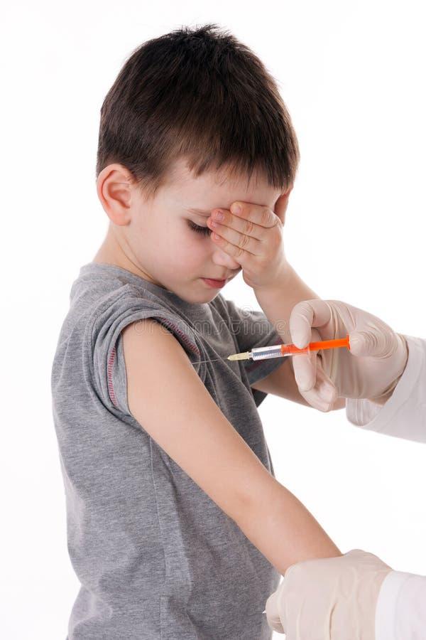 Jongen met injectie stock fotografie