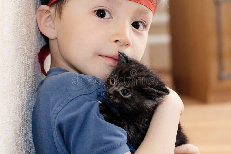 Jongen met katje royalty-vrije stock foto