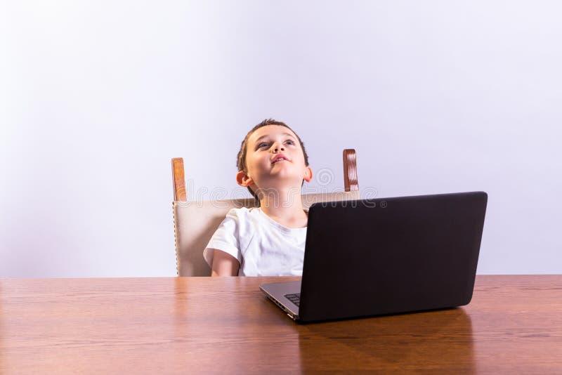Jongen met Laptop royalty-vrije stock afbeeldingen