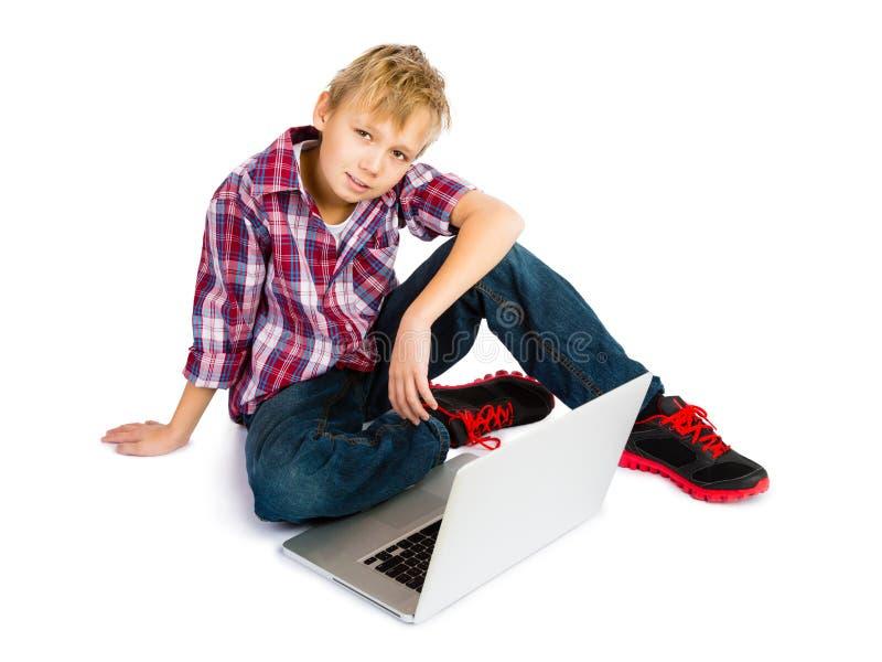Jongen met Laptop Computer royalty-vrije stock afbeeldingen