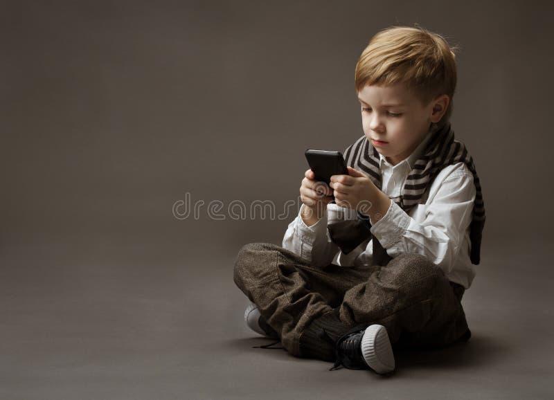Jongen met mobiele telefoon