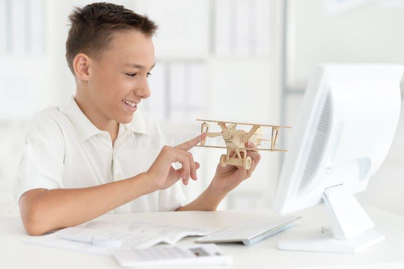 Jongen met model van vliegtuig royalty-vrije stock foto's