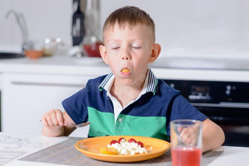 Jongen met Mond Volledig het Eten Kaas en Fruit stock afbeeldingen