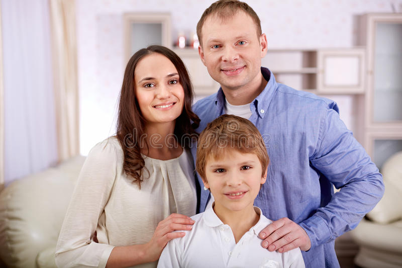 Jongen met ouders stock afbeeldingen