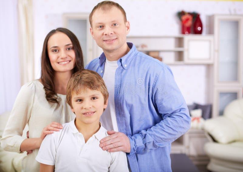 Jongen met ouders royalty-vrije stock afbeeldingen