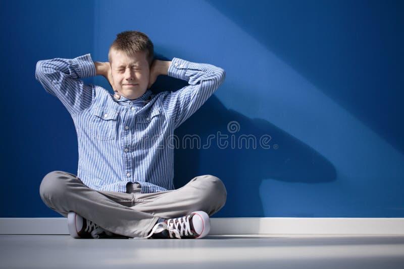 Jongen met overgevoelig auditorium stock afbeeldingen