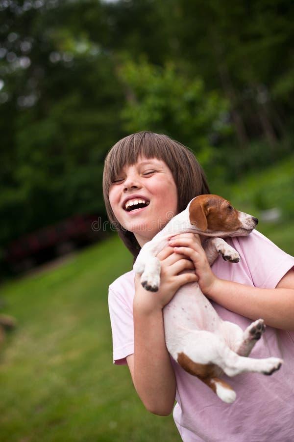 Jongen met puppy royalty-vrije stock foto