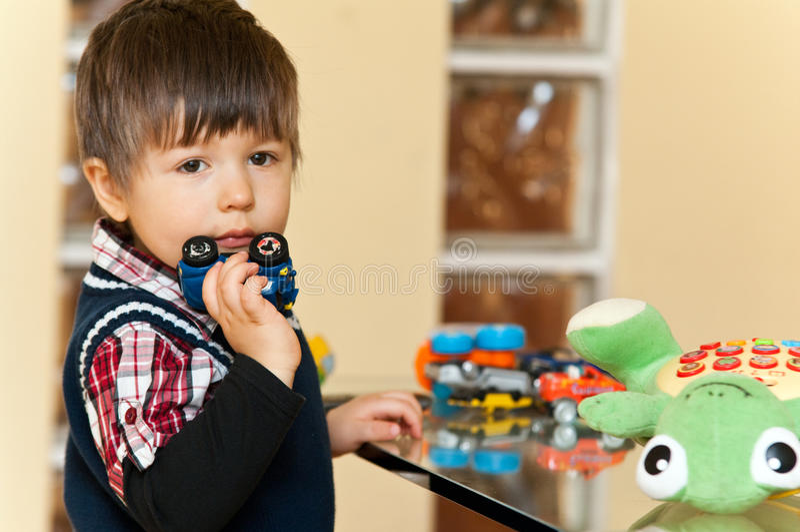 Jongen met speelgoed stock foto's