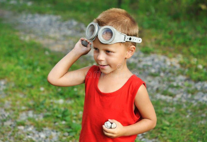 Jongen met stenen royalty-vrije stock fotografie