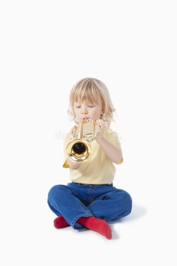 Jongen met stuk speelgoed trompet stock afbeeldingen