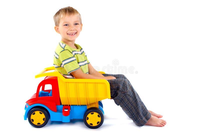 Jongen met stuk speelgoed vrachtwagen royalty-vrije stock foto