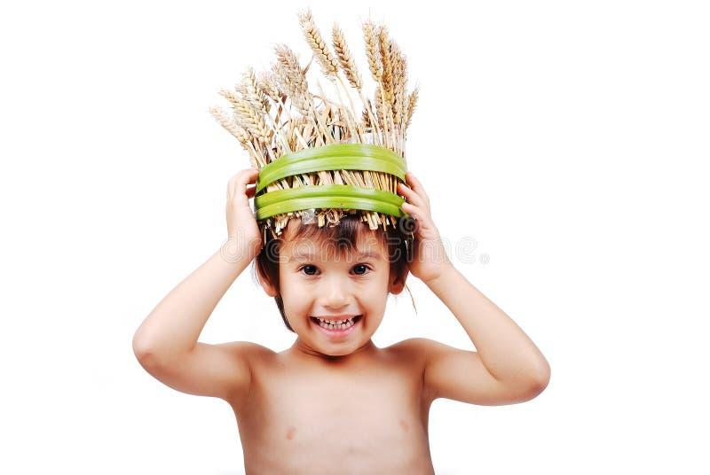 Jongen met tarwehoed op hoofd stock foto
