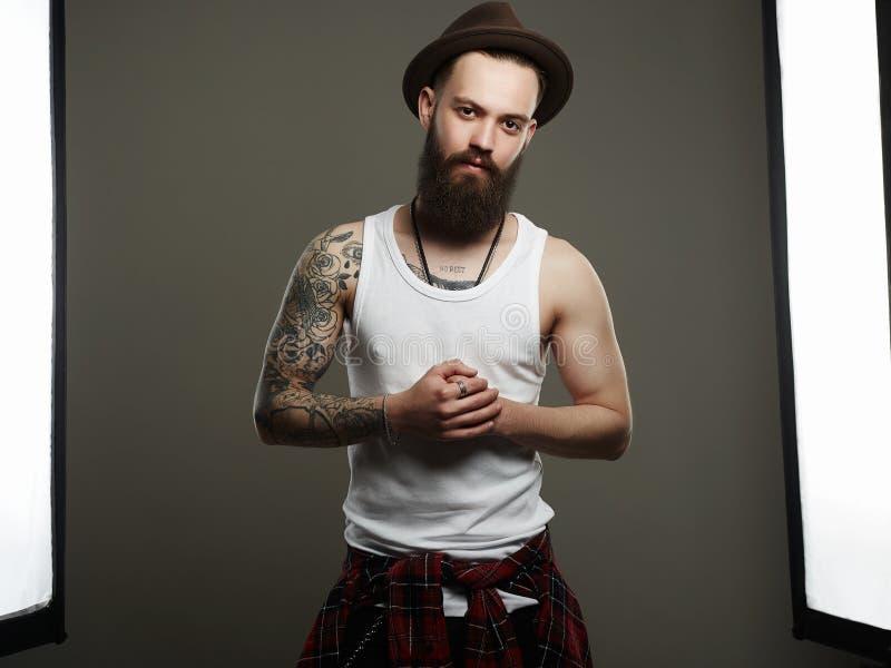 Jongen met tatoegering Mannelijk model in Photostudio stock fotografie