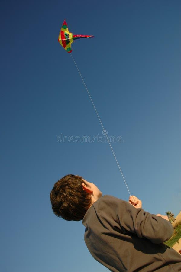 Jongen met vlieger stock fotografie