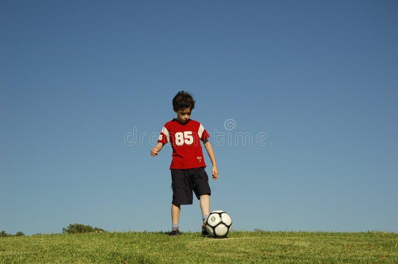 Jongen met voetbal royalty-vrije stock afbeelding