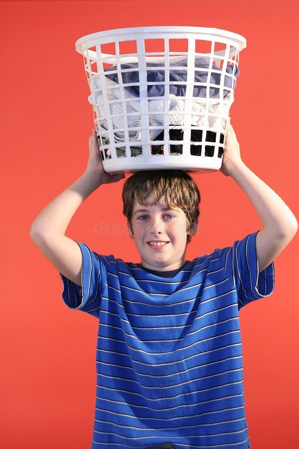 Jongen met wasmand op hea royalty-vrije stock foto