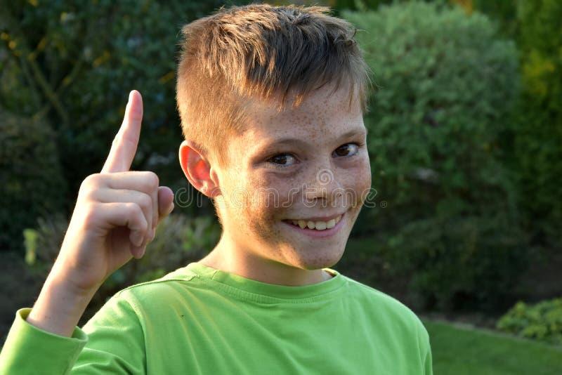 Jongen met wijsvingergebaar royalty-vrije stock foto's
