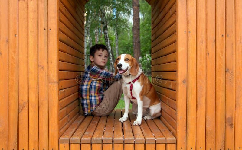 Jongen met zijn Hondhuisdier royalty-vrije stock fotografie