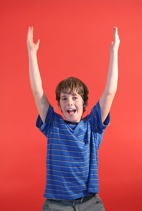 Jongen met zijn omhoog handen royalty-vrije stock foto's