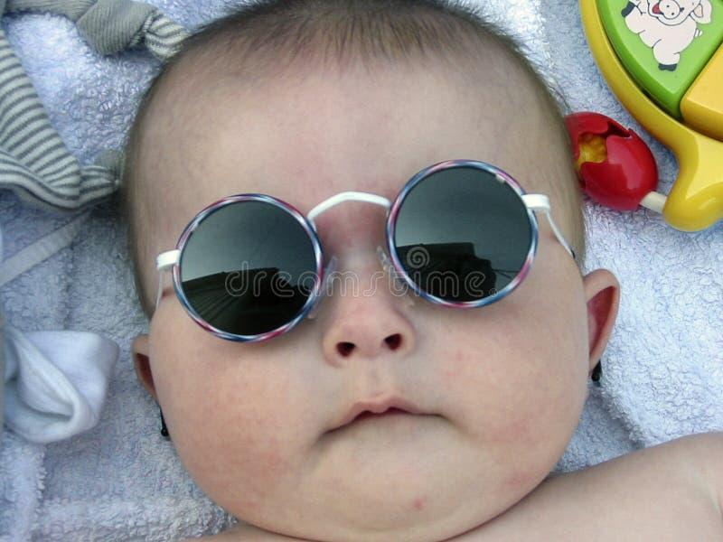 Jongen met zonnebril stock foto
