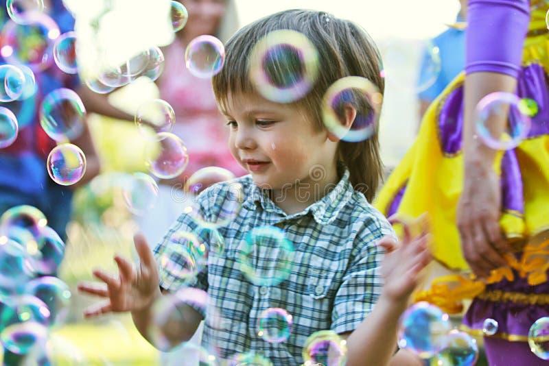 Jongen onder zeepbels royalty-vrije stock afbeelding