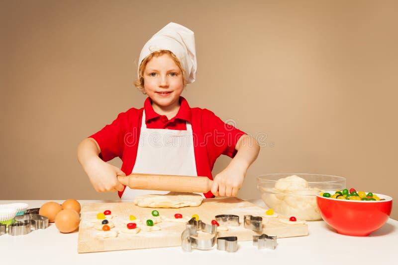 Jongen ontwikkelingsgebakje voor suikergoed gevulde koekjes stock afbeelding