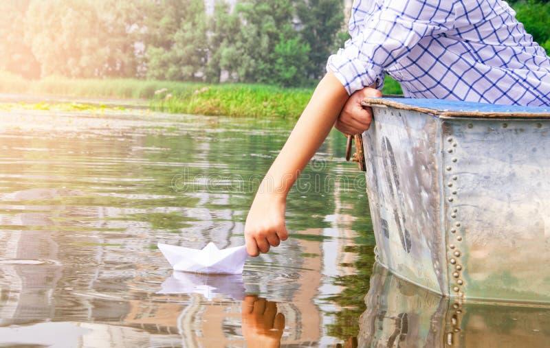 Jongen op de boot stock fotografie