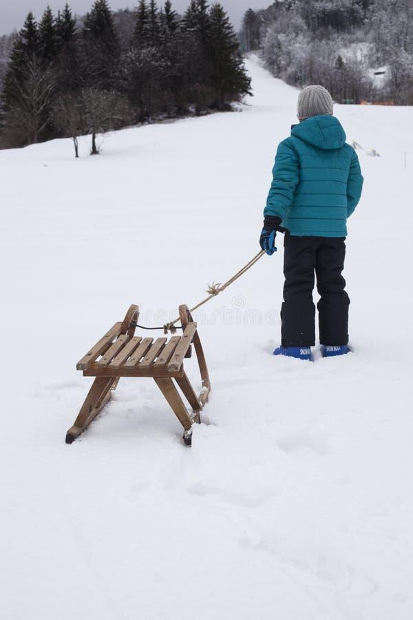 Jongen op de sneeuw stock foto's