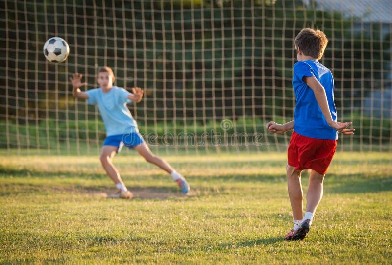 Jongen op de voetbal opleiding stock afbeeldingen