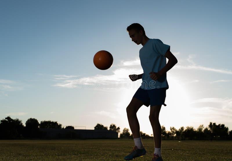 Jongen op de voetbal opleiding stock fotografie
