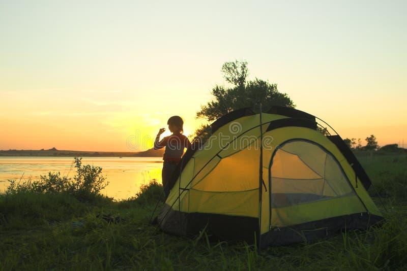 Jongen op de zonsondergang royalty-vrije stock foto