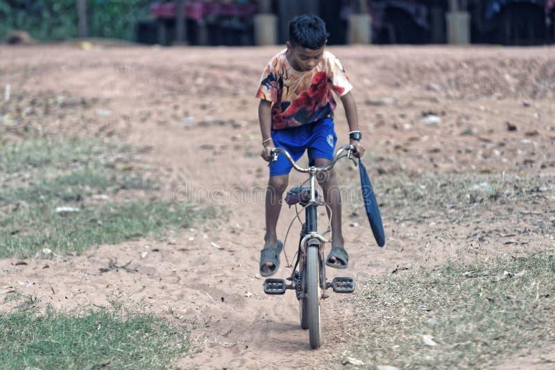 Jongen op fiets De stad in van Siem oogst, Kambodja stock foto's