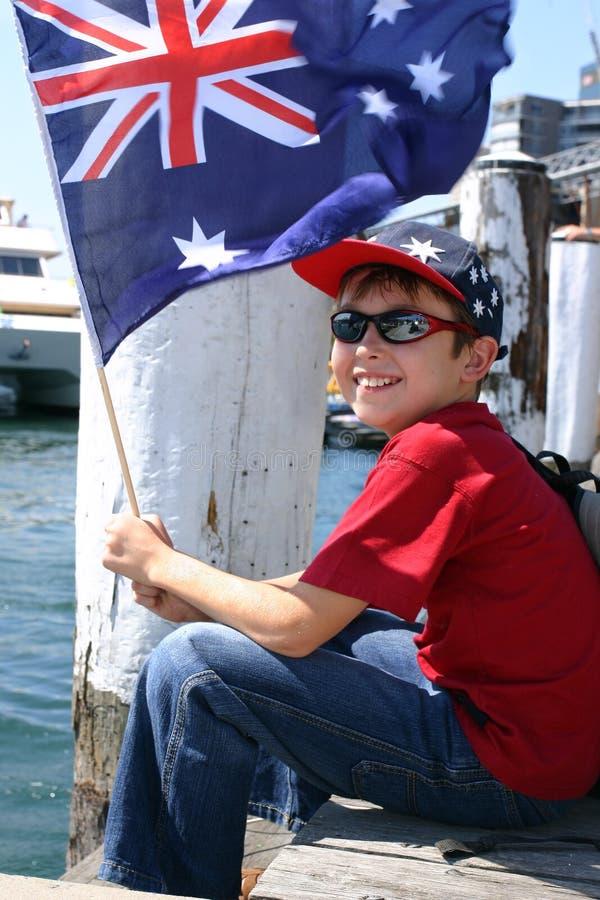 Jongen op harboursidepijler stock foto's