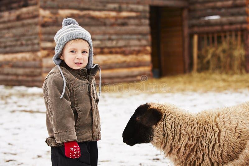 Jongen op het landbouwbedrijf stock foto