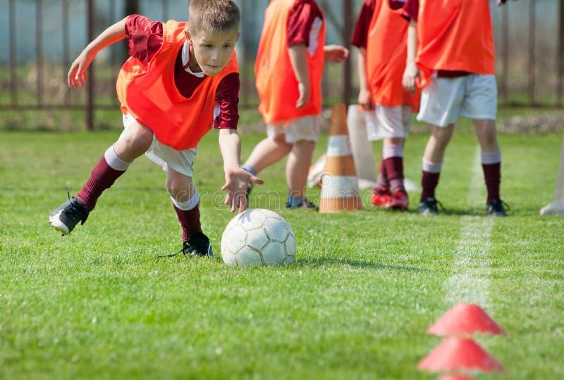 Jongen op het sportterrein stock foto