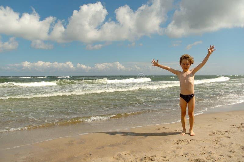 Jongen op het strand royalty-vrije stock foto