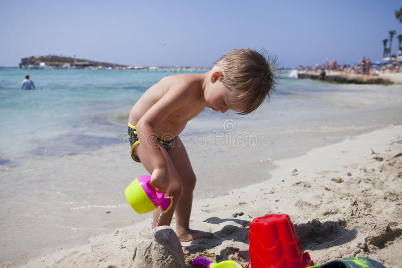 Jongen op het strand in Ayia Napa royalty-vrije stock fotografie
