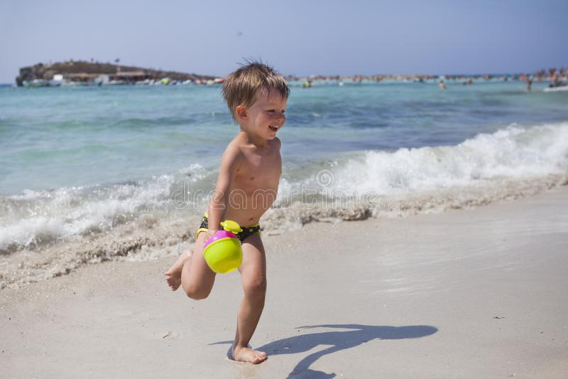 Jongen op het strand in Ayia Napa royalty-vrije stock foto's